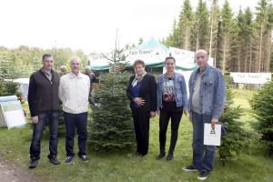 Auf dem Foto sind der georgische Botschafter, der Gouverneur der Region Ambrolauri-sowie der Projektmanager der Fair Trees Foundation und die Gründerin der Srtiftung zu sehen